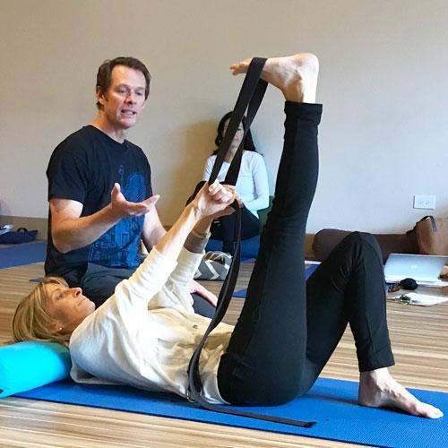 AVita yoga teacher training jeff bailey with student